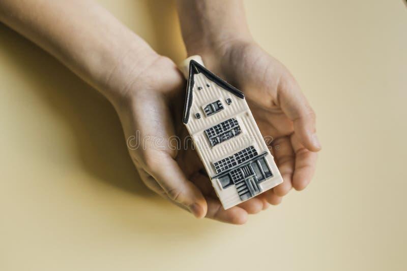 Barn som rymmer det lilla huset alla begreppsförsäkringtyper royaltyfri bild