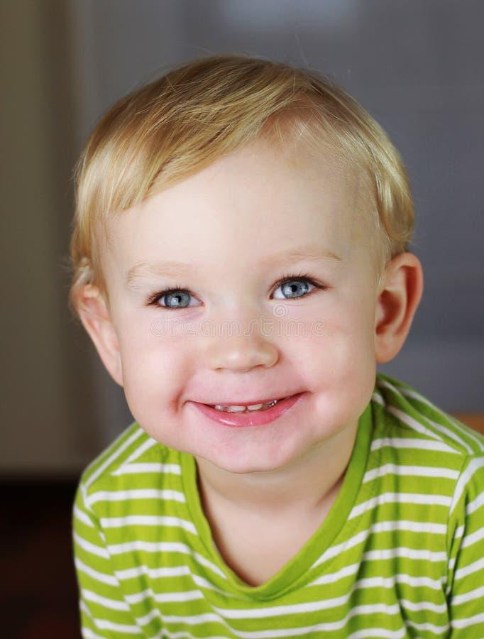 barn som sött ler arkivfoto