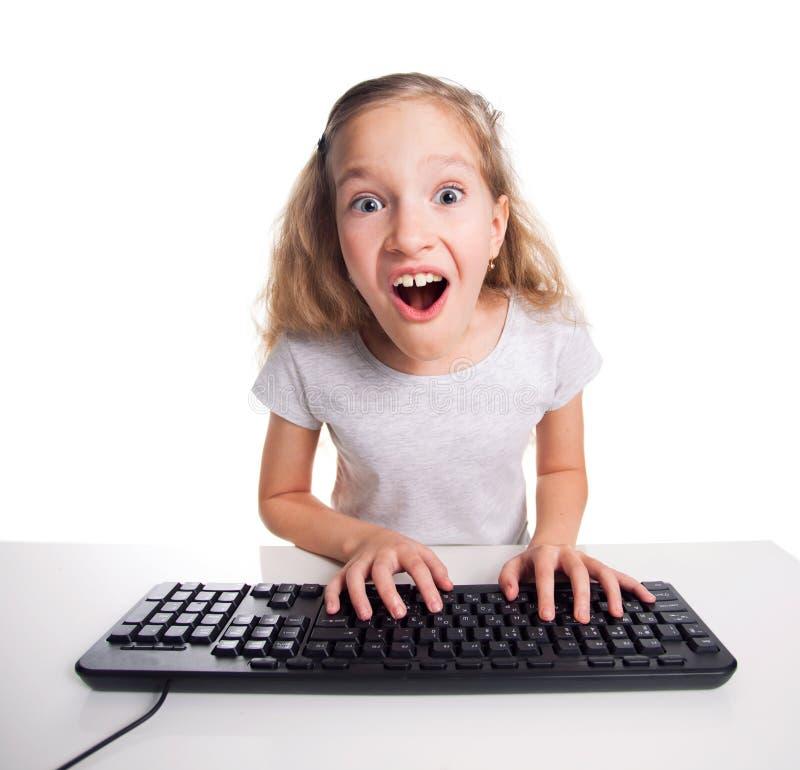 Barn som ser en dator arkivfoto