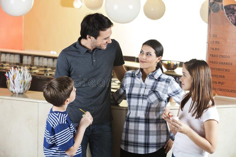 Barn som ser föräldrar i mottagningsrum royaltyfri bild