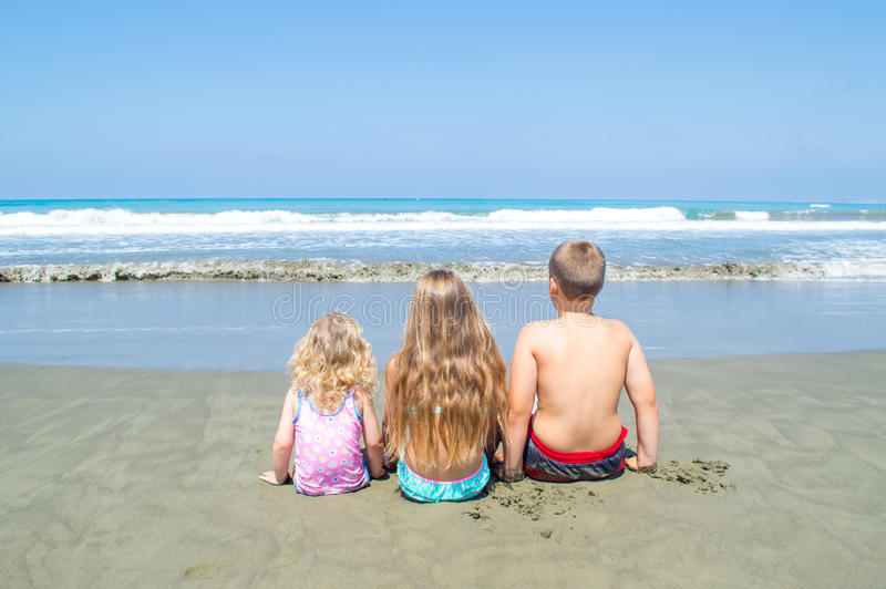 Barn som ser havet arkivbild