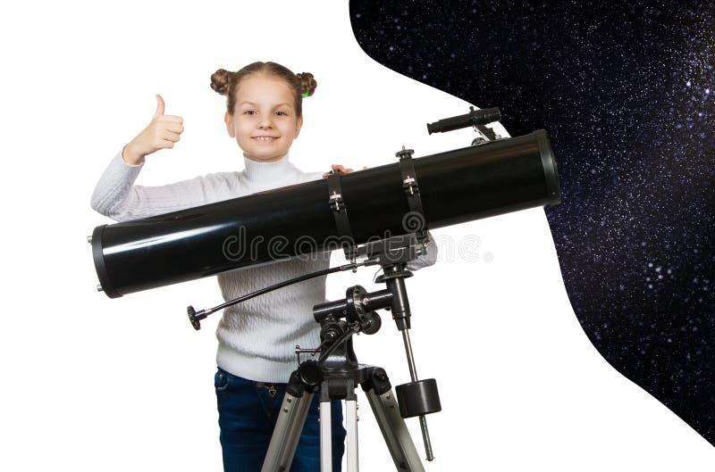 Barn som ser in i teleskopstjärnan som stirrar lilla flickan royaltyfria bilder