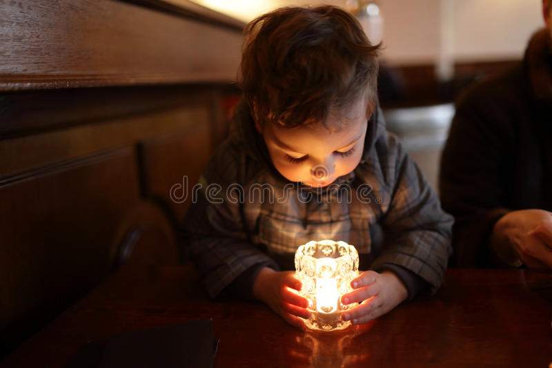 Barn som ser stearinljuset arkivfoto