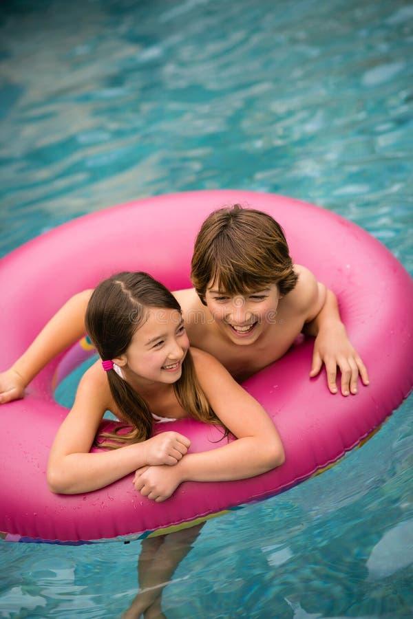 Barn som simmar det inre röret royaltyfria foton
