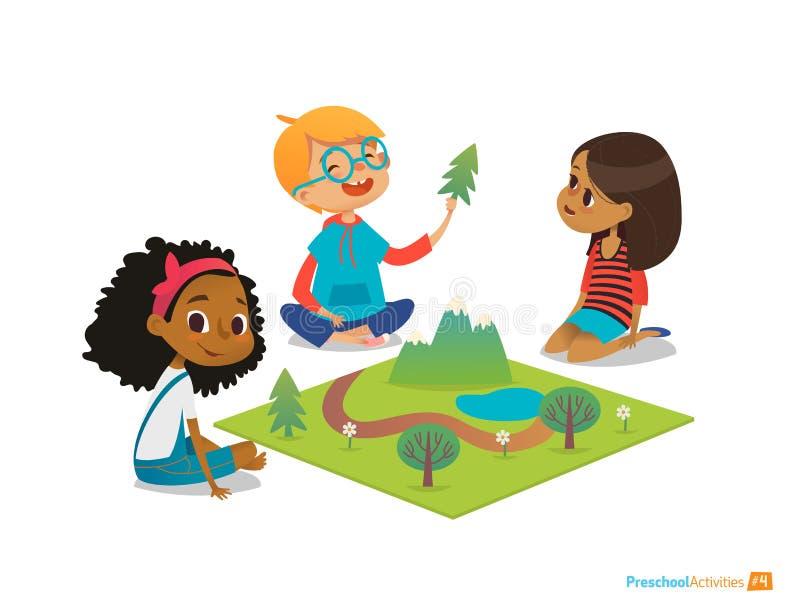 Barn som sitter på golv, undersöker leksaklandskap, berg, växter och träd Spela och bildande aktivitet i dagis PR vektor illustrationer