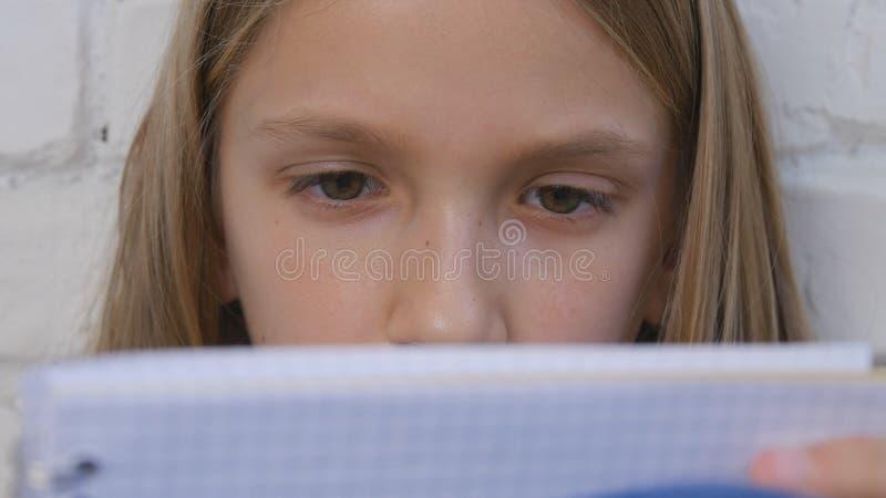 Barn som skriver och att studera, fundersam unge, eftertänksam student Learning Schoolgirl arkivbilder