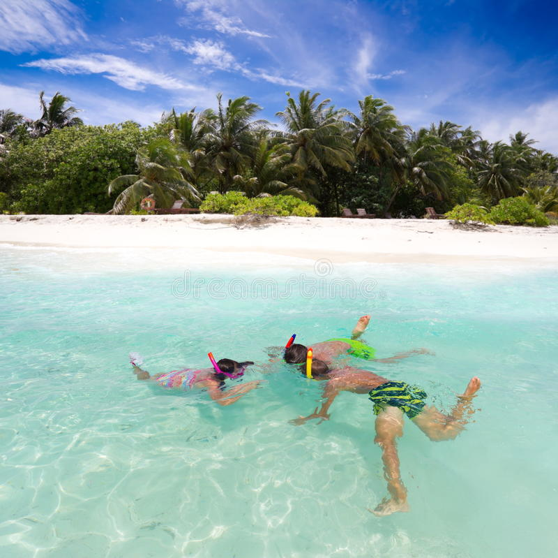 barn som snorkeling arkivfoto