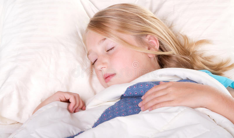 Barn som sovar i underlag royaltyfri bild