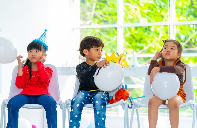 Barn som spelar ballonger i födelsedagparti arkivfoton