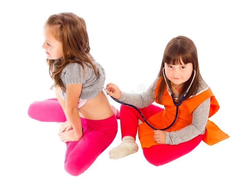 Barn som spelar den tålmodiga doktorn royaltyfri foto