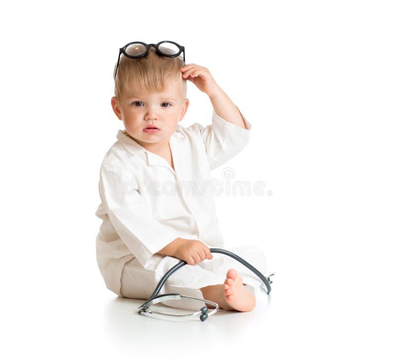 Barn som spelar doktorn med stetoskopet arkivfoto