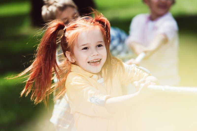 Barn som spelar dragkampen royaltyfria foton