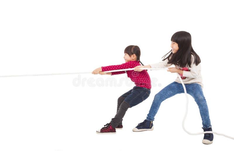 Barn som spelar dragkampen royaltyfri foto