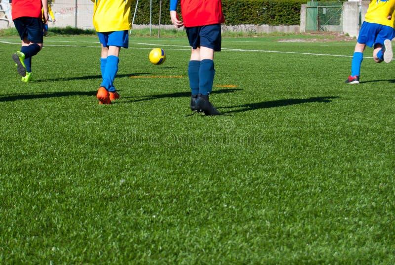 Barn som spelar en fotbolllek arkivbild