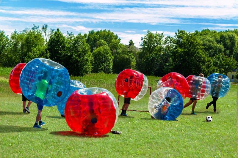 Barn som spelar i bubblafotboll arkivfoton