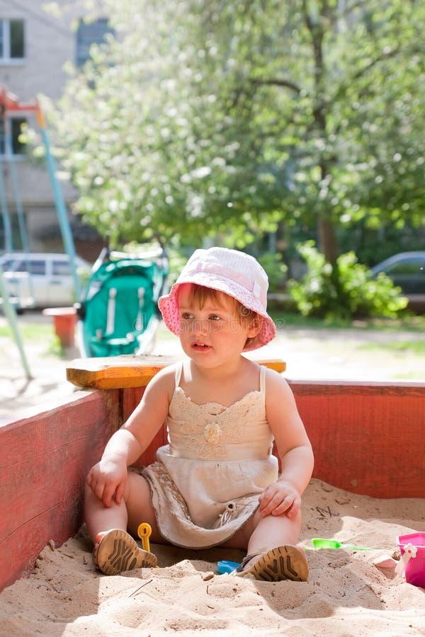 Barn som spelar i sandlåda arkivfoton