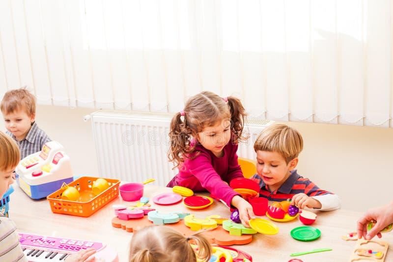 Barn som spelar kockar royaltyfria foton