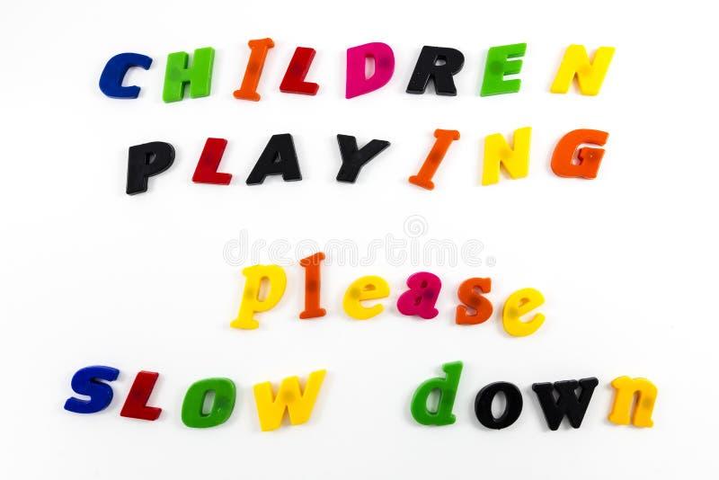 Barn som spelar långsam down för meddelande royaltyfri bild