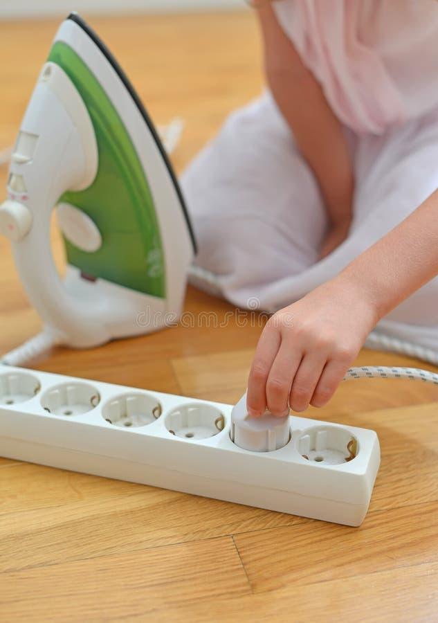 Barn som spelar med elektricitet royaltyfria foton