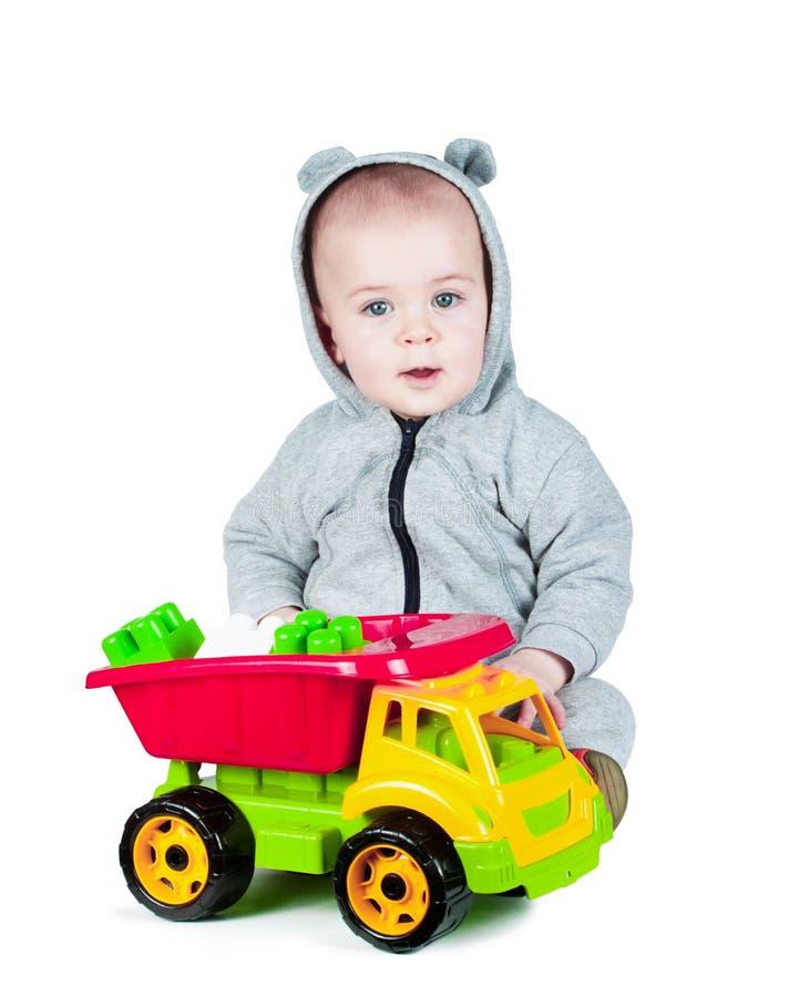Barn som spelar med en leksaklastbil arkivbilder
