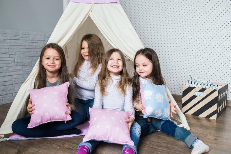 Barn som spelar med en tipi royaltyfri bild