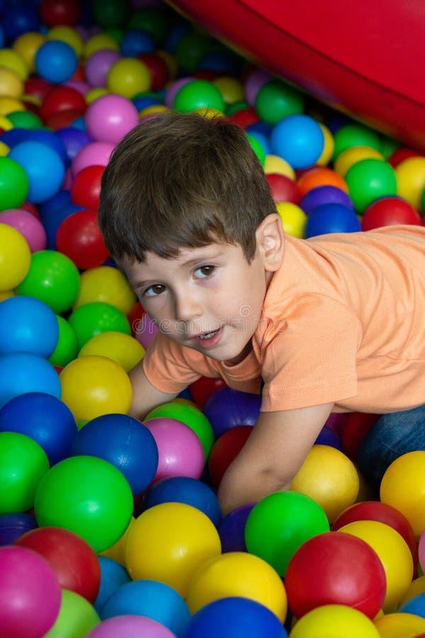 Barn som spelar med f?rgrika bollar i p?l f?r lekplatsboll Aktivitetsleksaker f?r liten unge Ungelyckasinnesrörelse som har gycke royaltyfri foto