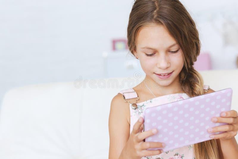 Barn som spelar med minnestavlaPC fotografering för bildbyråer