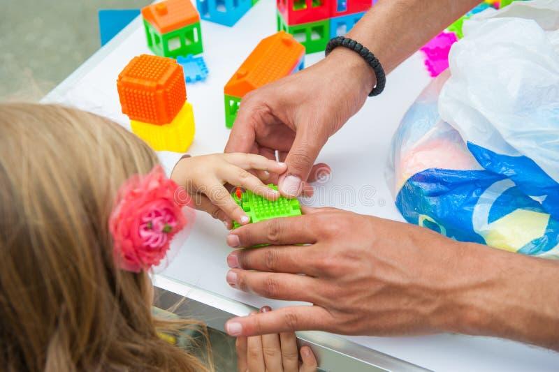 Barn som spelar med vuxna människan fotografering för bildbyråer