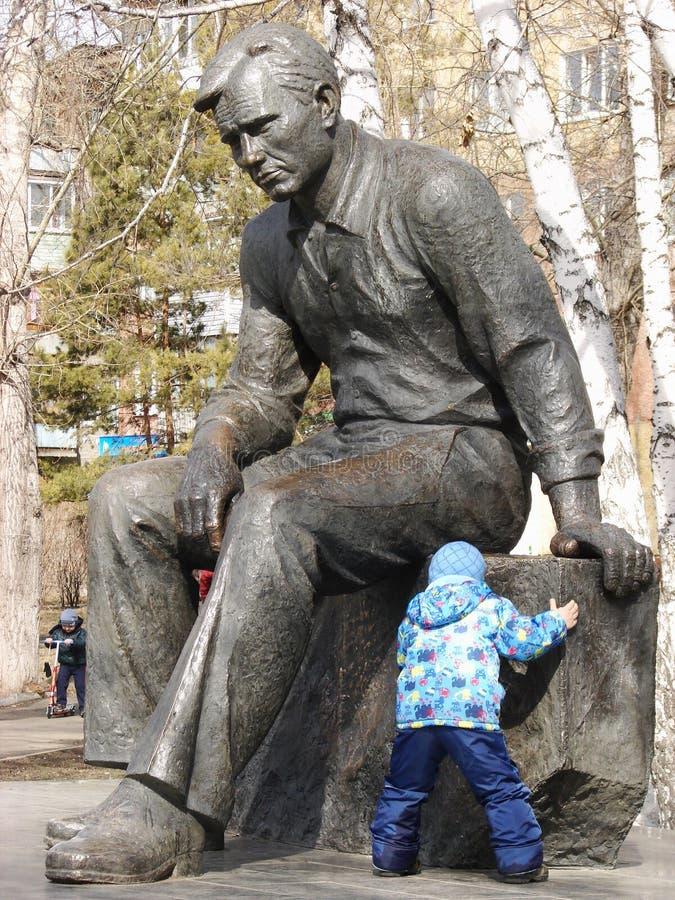 Barn som spelar nära monumentet till Vasily Shukshin royaltyfri fotografi