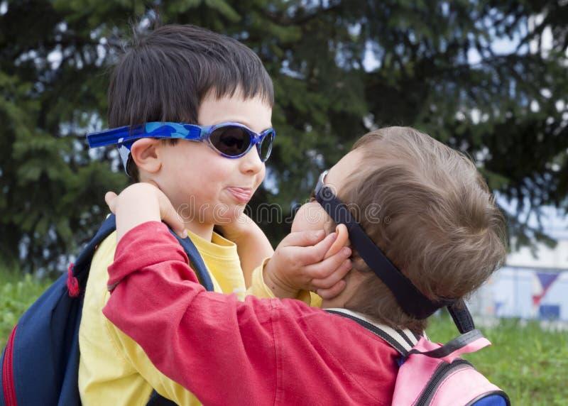 Barn som spelar och kramar arkivbild