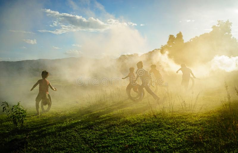 Barn som spelar på bygd i Vietnam royaltyfria foton