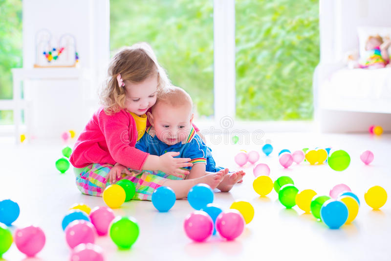Barn som spelar på daghem arkivbilder