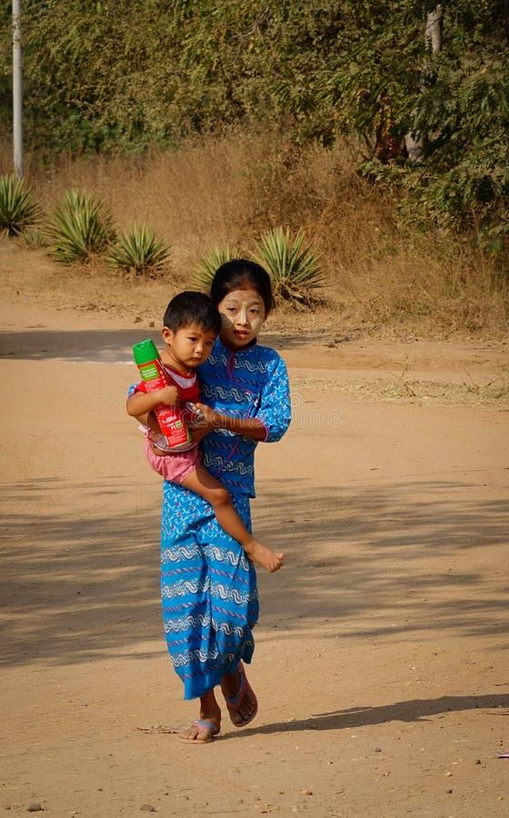 Barn som spelar på den lantliga vägen i Bagan, Myanmar royaltyfri foto