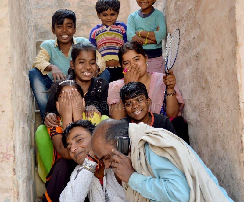 Barn som spelar på deras hustak royaltyfri foto