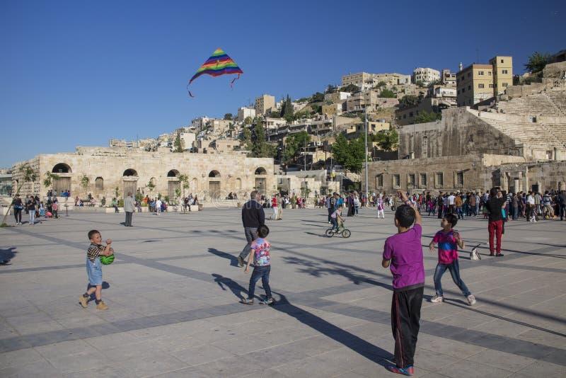 Barn som spelar på fyrkant i Jordanienhuvudstad av Amman royaltyfria foton