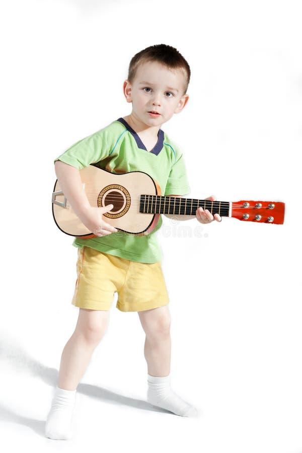 Barn som spelar på gitarren royaltyfria foton