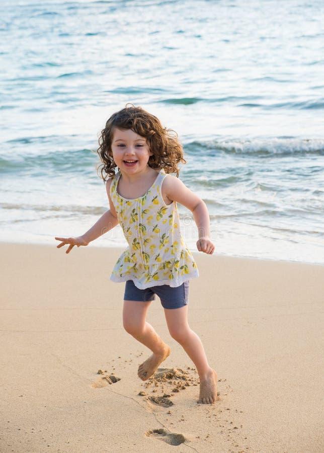 Barn som spelar på stranden i Oahu Hawaii royaltyfria bilder