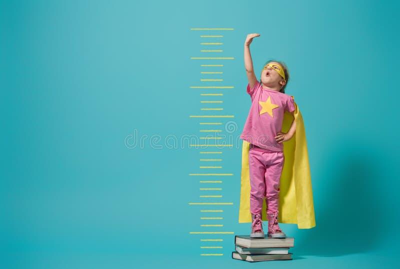 Barn som spelar superheroen arkivbilder