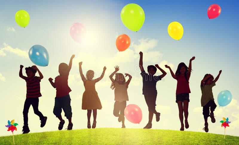 Barn som spelar utomhus ballongsamhörighetskänslabegrepp royaltyfri illustrationer