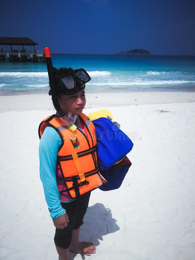 Barn som spelar utomhus- sommar på stranden Snorkla dress royaltyfri fotografi