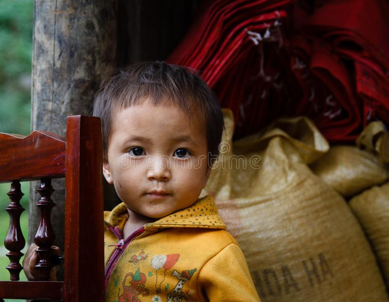 Barn som står i stilsort av hans hem fotografering för bildbyråer