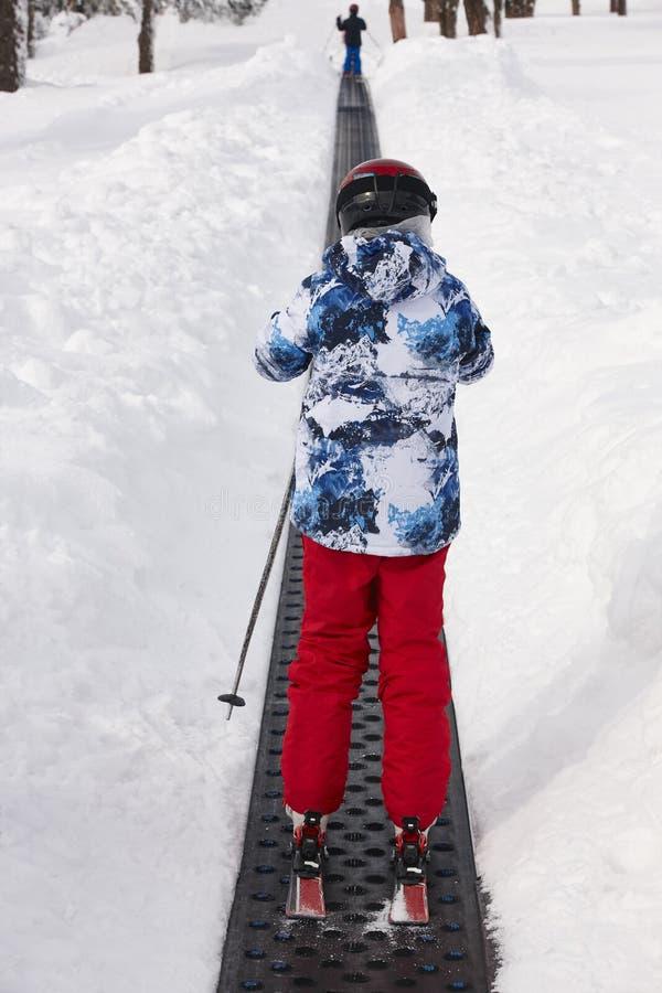 Barn som startar att lära hur man skidar skida vintern för snowsportspår royaltyfri foto