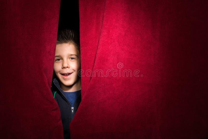 Barn som syns under gardinen royaltyfria foton