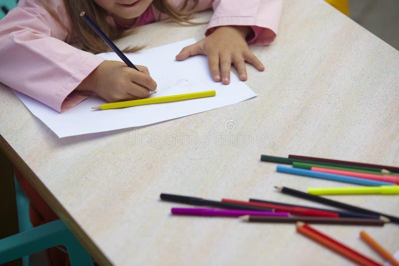 barn som tecknar utbildningsmålningsskolan royaltyfria foton