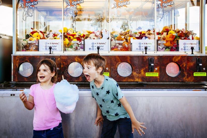 Barn som ?ter sockervadden p? karnevalet arkivbilder