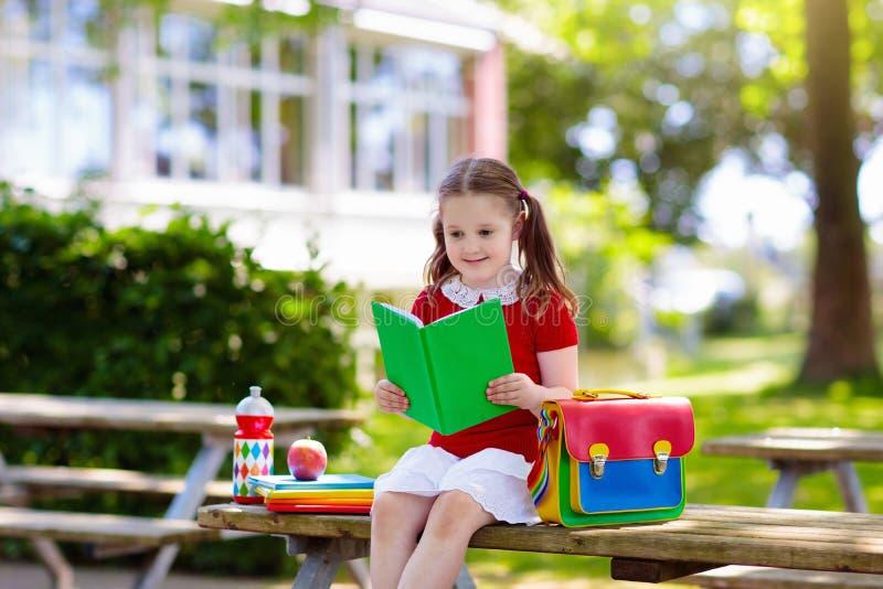 Barn som tillbaka g?r till skolan, ?rsstart fotografering för bildbyråer