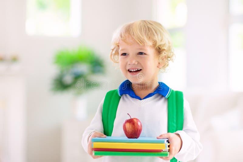 Barn som tillbaka g?r till skolan Unge med ryggs?ck royaltyfri foto