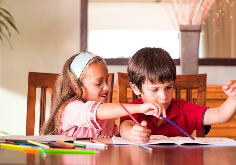 barn som tillsammans gör läxa fotografering för bildbyråer