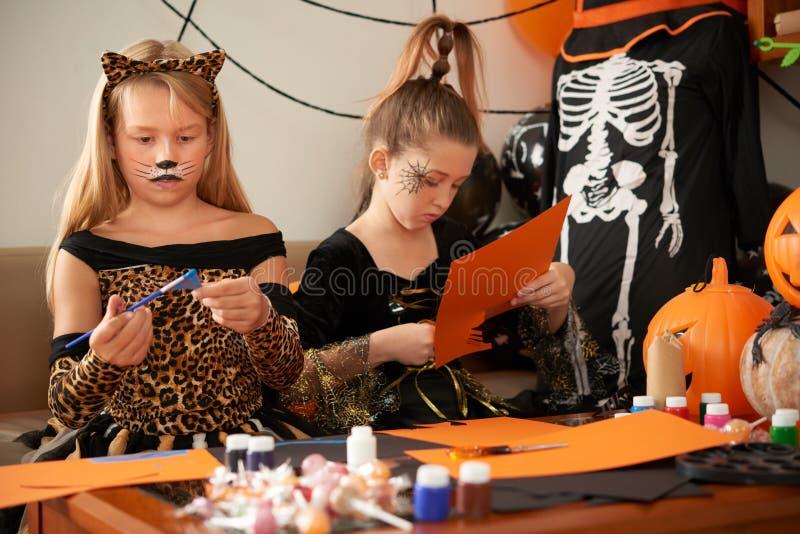Barn som tillverkar hantverk royaltyfria foton