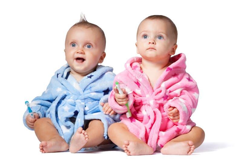 Barn som två borstar tänder som isoleras på vit bakgrund royaltyfri fotografi